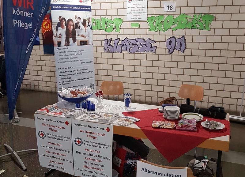 Messestand der DRK Schwesternschaft auf der Ausbildungsmesse in der Realschule Plus in Neustadt.