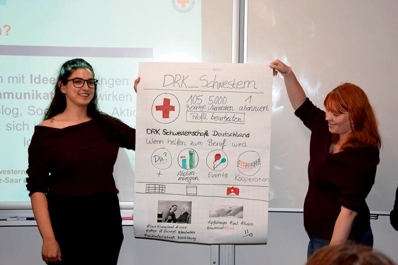 Krankenpflegeschüler präsentieren ihre Ergebnisse am Bildungszentrum für Gesundheitsberufe am DRK Krankenhaus Hachenburg.